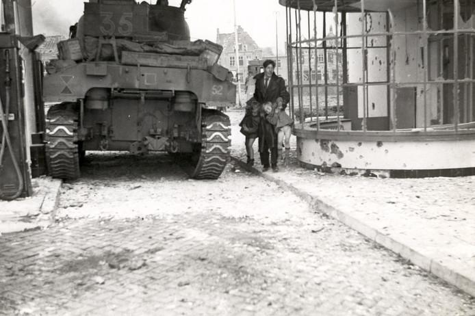 Een beroemd beeld van de bevrijding van Den Bosch. Peter Davies was getuige van deze gebeurtenis vanuit zijn tank op het Willemsplein (Heetmanplein).