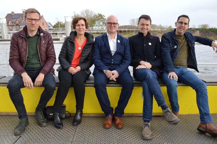 Gert Van Tittelboom, Kathleen Bruyland, Kris De Winne, Dimitri Neyt en Jo Van Gasse op het veer aan de Schelde.