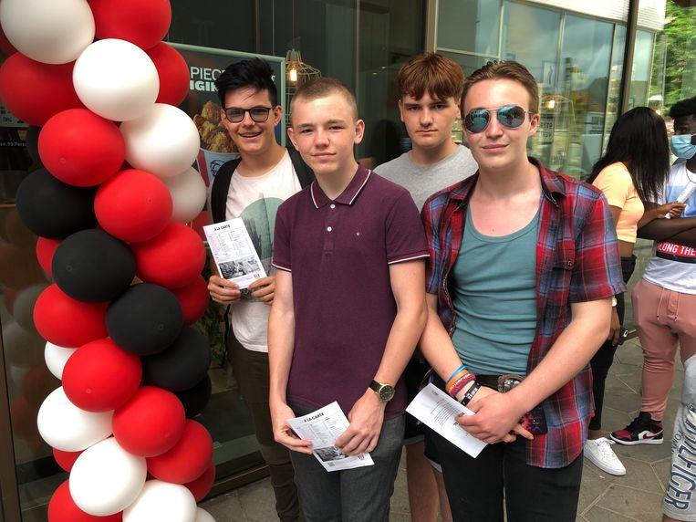 Lars, Brent, Stef en Keo stonde nals eerste in de wachtrij van de nieuwe KFC in Turnhout
