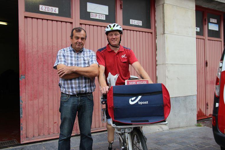 Sven doet twee rondes per dag: eerst een krantenronde met de auto en daarna een ronde met de fiets. Van Pedro Cheyns van het lokale postkantoor krijgt hij extra flesjes water mee.