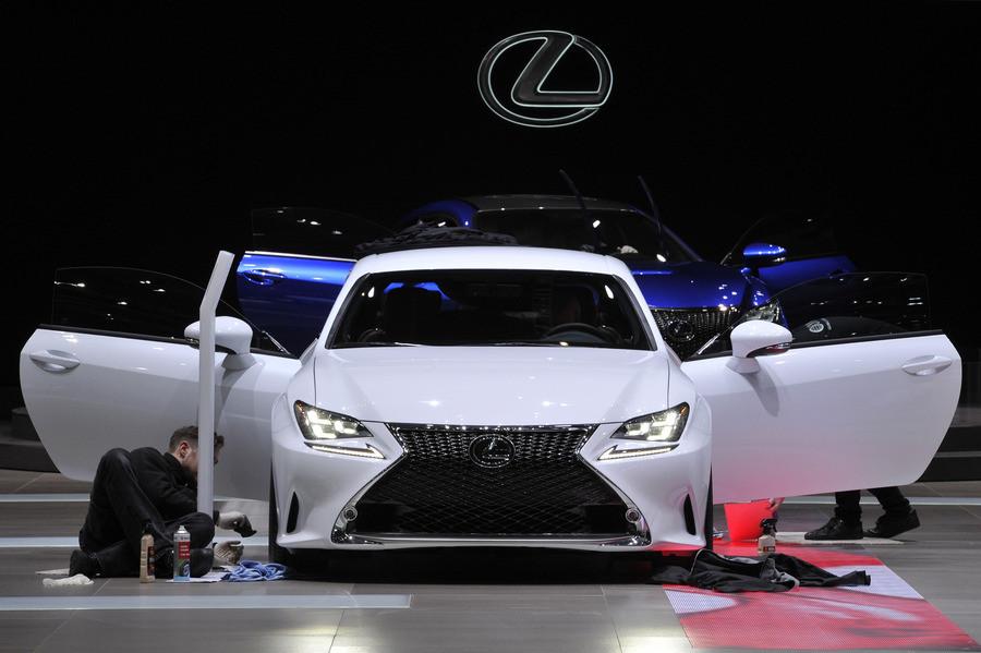 Een Lexus wordt gereedgemaakt voor de autoshow in Gèneve