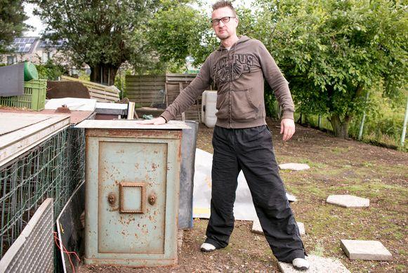 """Marc Van der Gucht bij de andere kluis van de familie Van der Gucht. """"De gestolen kluis lijkt heel erg op deze."""""""