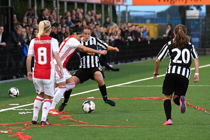 Drukte op het sportpark van Achilles'29 voor de wedstrijd van het vrouwenteam (zwart-wit gestreept) tegen Ajax, in het eerste seizoen van de Groesbeekse ploeg in de eredivisie.