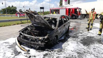 Auto uitgebrand op parking bandenbedrijf op bedrijventerrein LAR