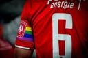 De regenboogband om de arm van Wout Brama, aanvoerder bij FC Twente.