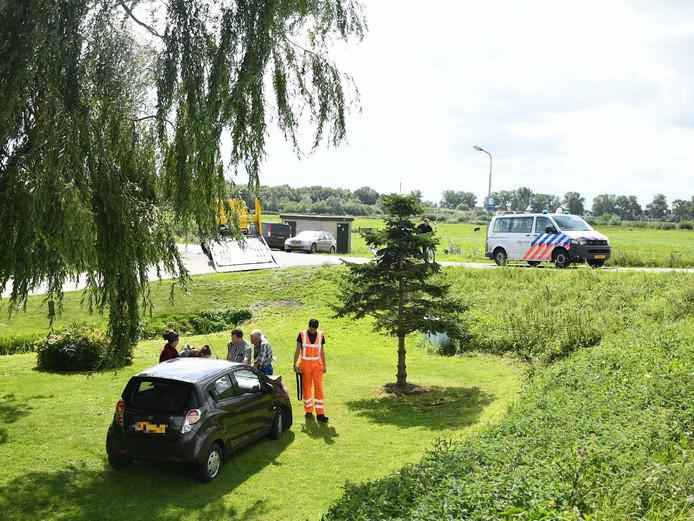 Op de Kanaaldijk in Meerkerk zijn donderdagmiddag twee auto's op elkaar gebotst. Een van de auto's is daardoor in een achtertuin aan de Kanaaldijk beland.