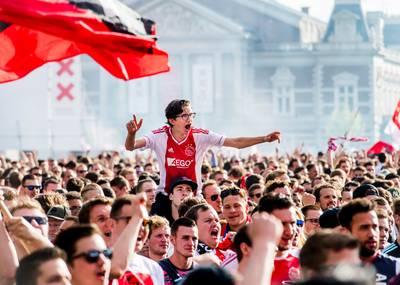 live-%7C-amsterdam-stroomt-vol-met-uitzinnige-ajax-supporters