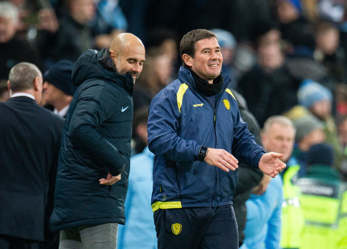 Pep Guardiola (l) en Burton Albion manager Nigel Clough.