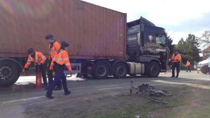 Vrachtwagen rijdt fietser (77) aan