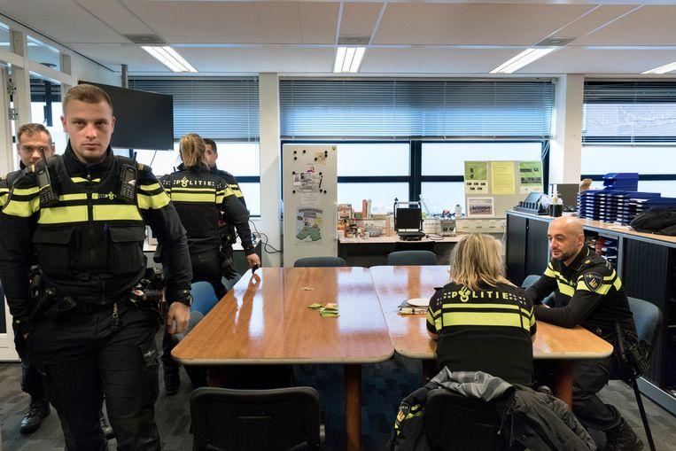 Politiebureau Hoefkade in de Haagse Schilderswijk. Rechts aan tafel agent Adil el Fakih.  Beeld Inge Van Mill