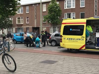 Fietser met spoed naar ziekenhuis na aanrijding met auto in Den Haag
