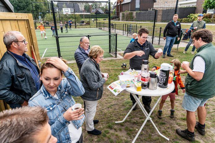 Buren hebben even koffiepauze. Daarna gaan ze verder met het in orde maken van het voetbalveldje en de pluktuin op de achtergrond.