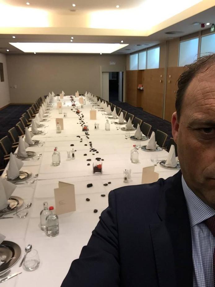 """Snijders tweette: """"Sta op het punt een presentatie te geven over belang infrastructuur @RegioZwolle maar het hele gezelschap staat in de file #a28"""""""