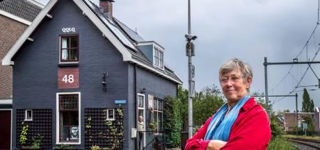 Aline (65) moet grijze verf en zonnepanelen alsnóg van spoorhuisje halen, twaalf jaar na de opknapbeurt