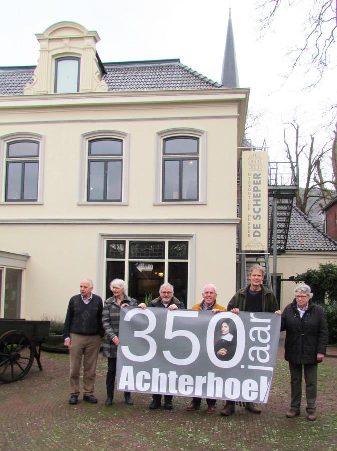 Schepers, helemaal links met de projectgroep 350 jaar Achterhoek voor museum De Scheper.