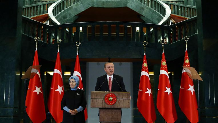 Erdogan tijdens een persconferentie in zijn presidentieel paleis. Beeld ap
