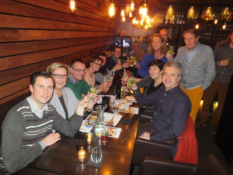 Gerrit Depaepe (links, Zingem) en Dirk Martens (rechts, Gavere) heffen samen met de collega's het glas op een alcoholloze maand.