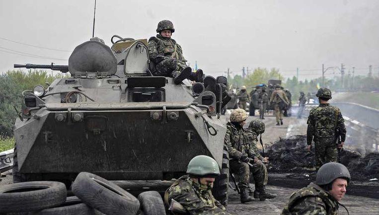 Oekraïense militairen houden halt de wacht bij een checkpoint nabij Slovjansk.