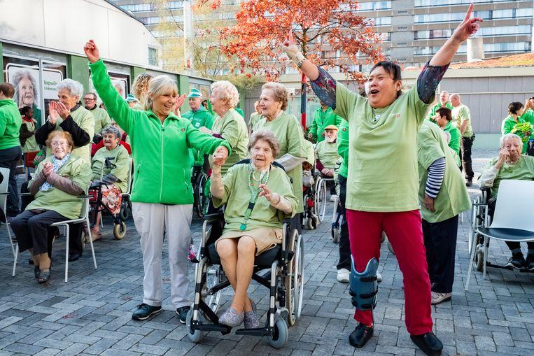 De senioren dansten op de tonen van Happy.