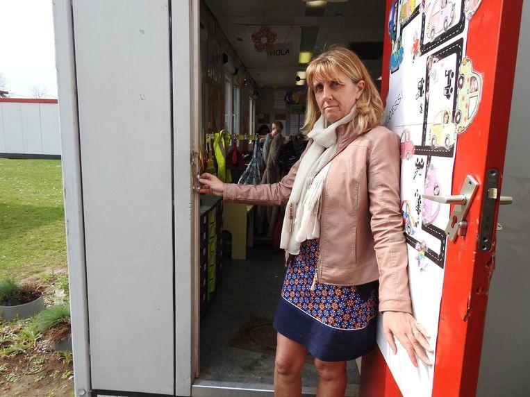 Schooldirectrice Marie-Rose Van de Velde bij een van de lokalen waar is ingebroken.