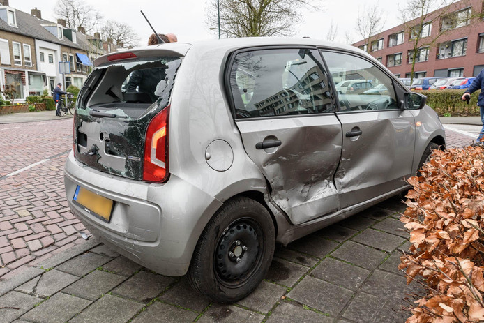 Drie auto's botsen op elkaar in Breda.
