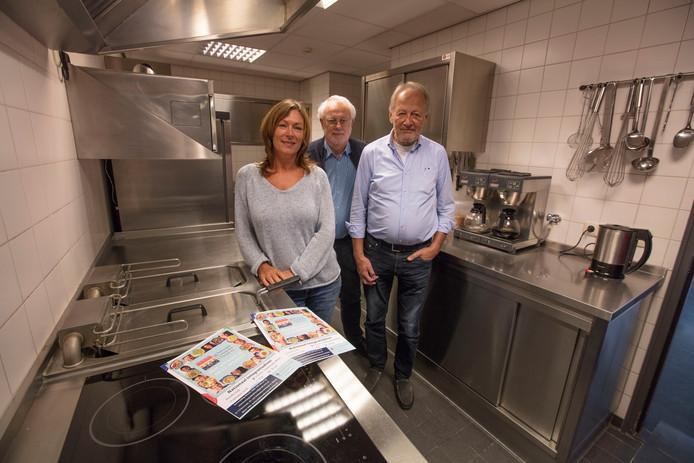 Marjolein Lucassen, Erik Mastenbroek en Jan van Ginkel zijn klaar voor het integratiediner in Mierlo.