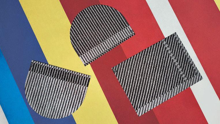 Vloerkleed van oude sportschoenen door Simone Post. Beeld