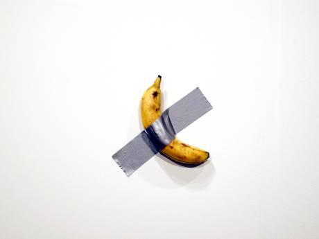 Un artiste vend une banane scotchée à un mur à 135.000 euros, un autre la mange