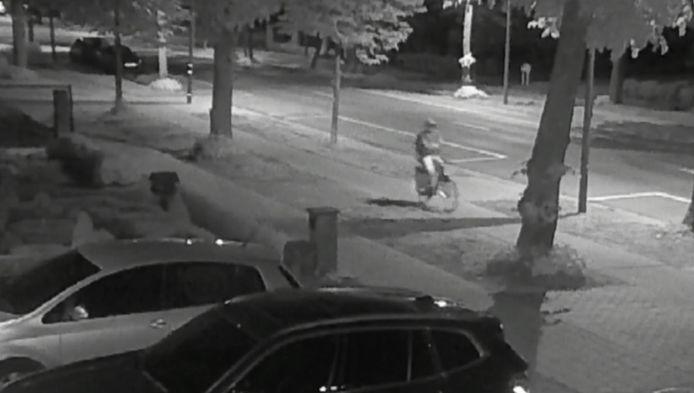 De verdachte fietst om 2.34 uur door de Boerenkrijglaan richting het centrum van Westerlo.