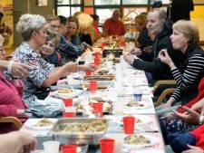 Broodje 'vriendschap' tijdens de Kom-erbij-lunch in Rijen