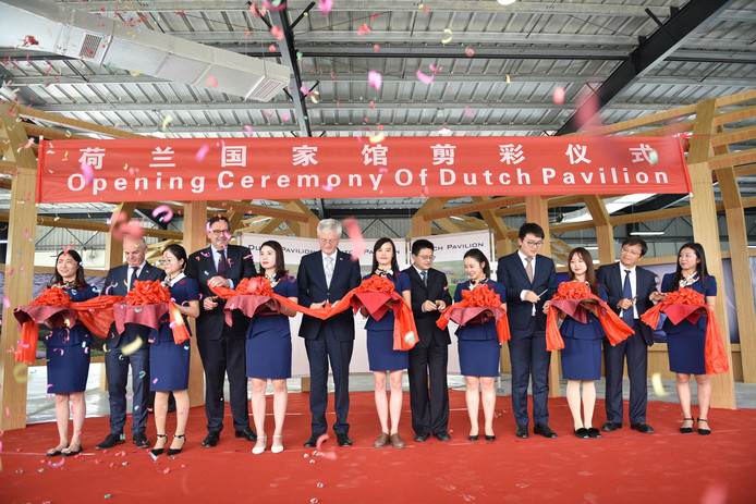 De opening van het Holland Paviljoen. Op de linkerflank Wil Versteijnen (directeur GVT), Bert Pauli (gedeputeerde provincie Noord-Brabant) en Theo Weterings (burgemeester Tilburg).