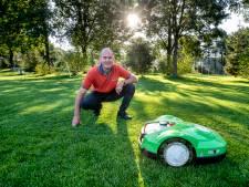 Voetbalclubs Heelsum vinden oplossing voor konijnenplaag: 24 robotmaaiers