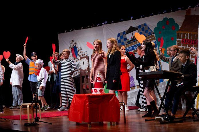 Groepen acht van basisschool de Zonnewende in Apeldoorn met de musical in Orpheus.