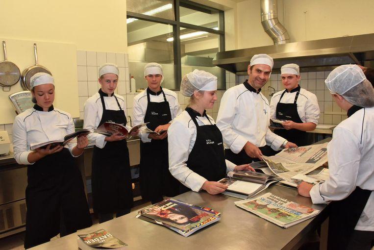 De leerlingen van VTI Spijker tijdens de leesweek in de keuken van de school.