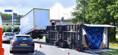 Aanhanger van vrachtwagen kantelt onderaan A27 Houten