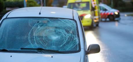 Jonge fietser klapt op auto in Twello en moet gewond naar het ziekenhuis