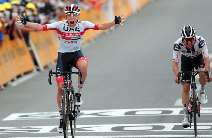Tadej Pogacar (à esquerda) e Marc Hirschi (à direita) no Tour de France.