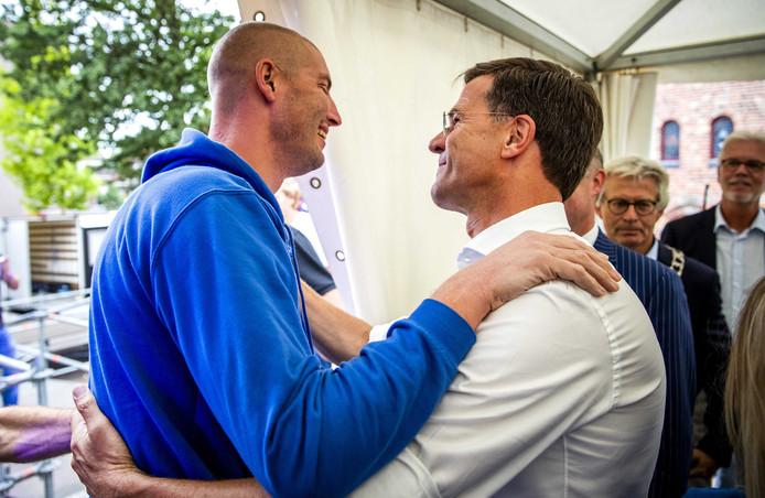 Premier Mark Rutte feliciteert Maarten van der Weijden tijdens zijn huldiging in het centrum van Leeuwarden.