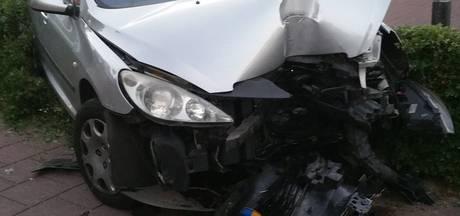 Auto ramt lantaarnpaal uit de grond in Wageningen