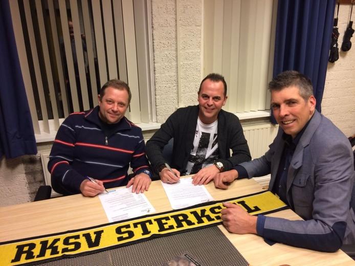 Assistent-coach Wiljan van Vijfeijken (l), hoofdtrainer Erik Schaeken en voorzitter Edwin Broekman van RKSV Sterksel bij de contractverlenging.