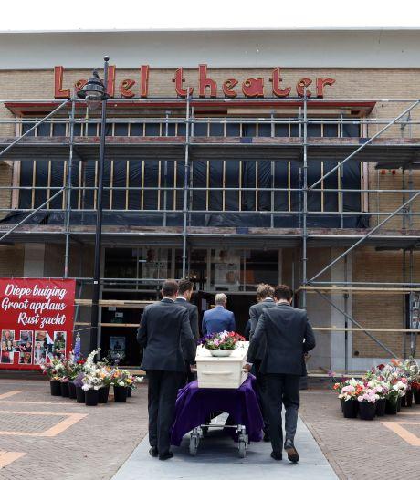 Klaterend applaus bij uitvaart 'mister Ledeltheater' John Bolsius