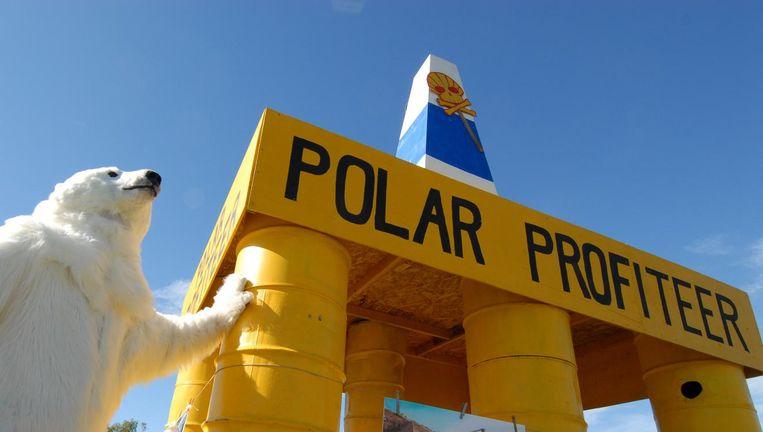 Een demonstrant in een ijsbeerpak. Beeld afp