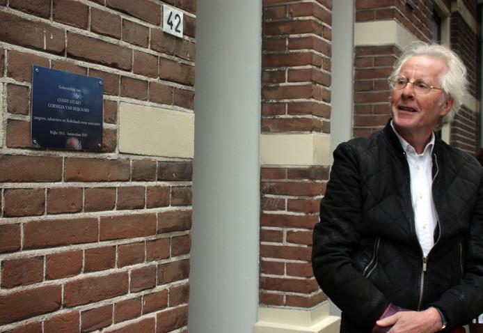 Michel Hofman, zoon van Conny Stuart, na de onthulling van de plaquette aan de gevel van haar geboortehuis in Wijhe.