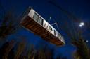 Een caravan wordt weggetakeld van Fort Oranje, de probleemcamping in Rijsbergen.