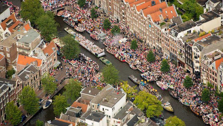 Drukte op de grachten tijdens de Canal Parade Beeld anp