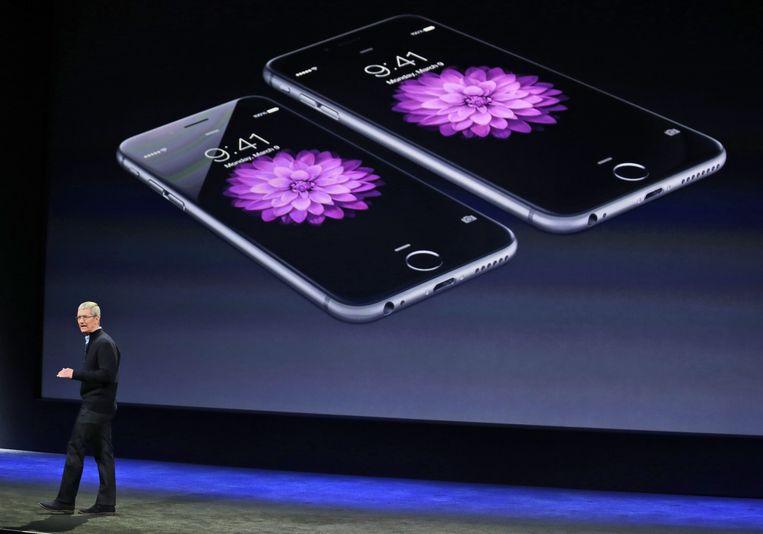 Apple CEO Tim Cook presenteert de iPhone 6 and iPhone 6 Plus in San Francisco. Bezitters van iPhones klagen Apple aan omdat speciale software de prestaties van hun apparaat vermindert. Apple doet dit omdat oudere accu's onvoldoende piekstroom leveren.  Beeld AP