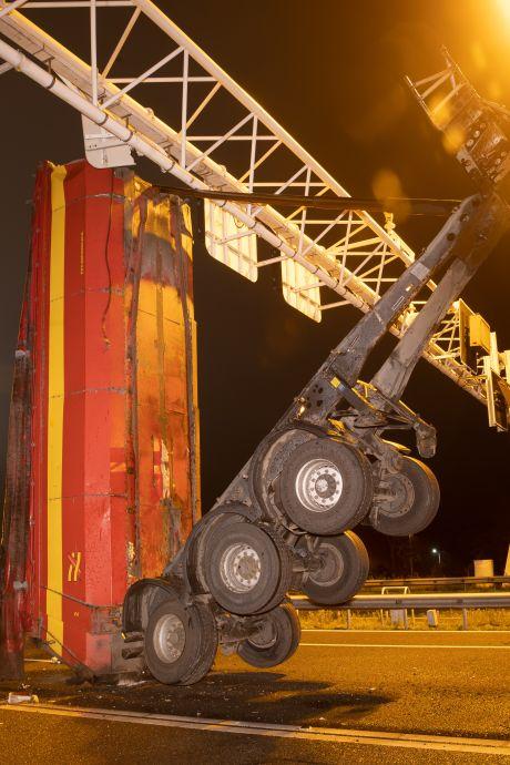 Wegen rond Zwolle weer vrij nadat in vroege ochtend vrachtwagen matrixbord op snelweg A28 ramde