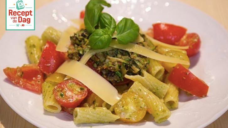 Pastasalade met zomertomaten en pistachepesto
