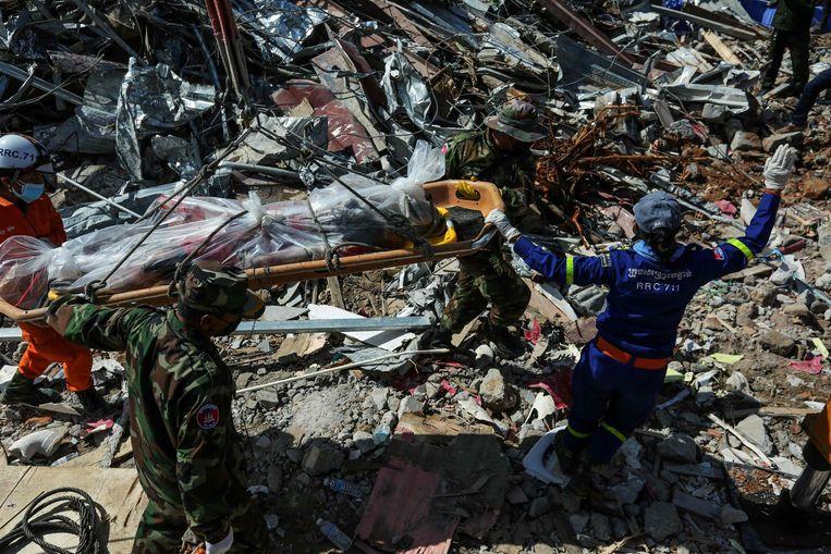 Reddingswerkers op de plek waar het incident gebeurde.