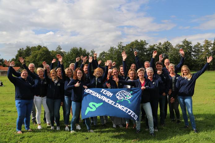 Het team van Zwollenaar Marit Wisse (houdt links de vlag vast) legt onder de naam Hersenwandelingetjes tussen vrijdag en zondag 555 kilometer af door heel Nederland